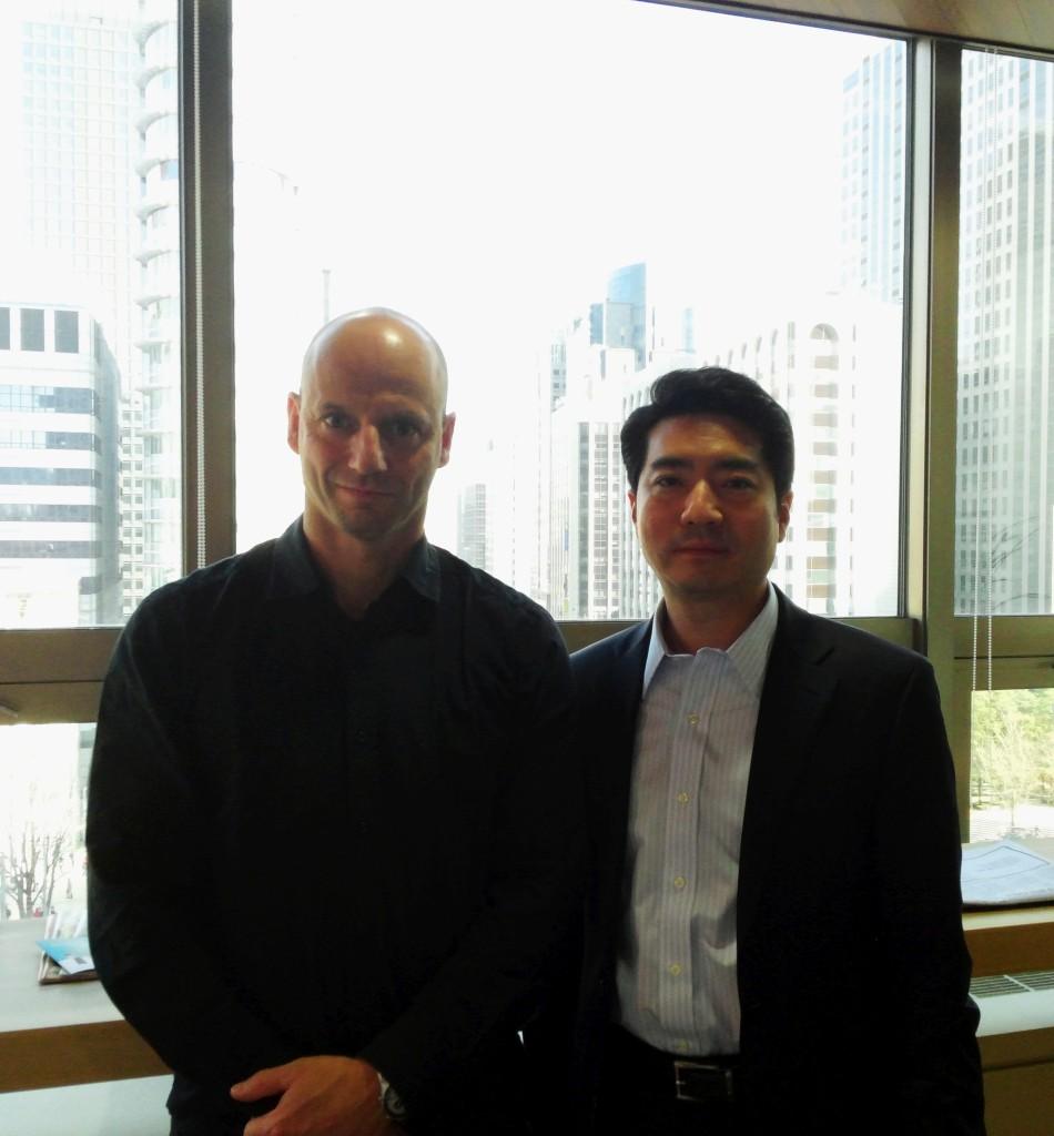Austin Kweon, CEO Aon Hewitt Süd-Korea, mit Pascal Bazzazi in Seoul.