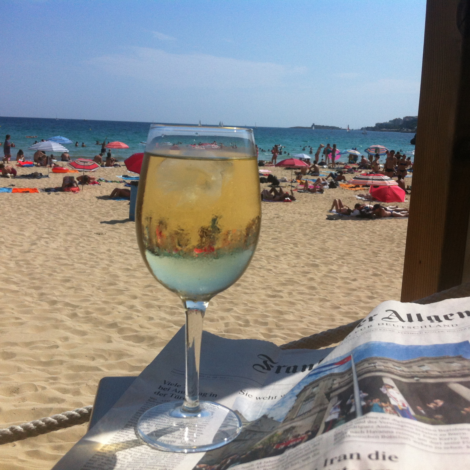 Alles geht seinen gepflegten, streng geregelten Gang am Strand von Cala Mayor, Mallorca. Foto: Kassandra.