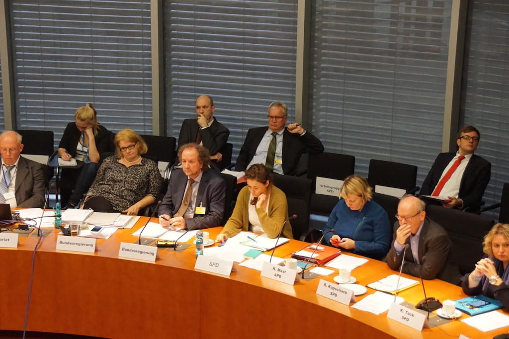 Anhoerung zur Umsetzung der Mob-RL im BT-Ausschuss Arbeit und Soziales am 9. November 2015 in Berlin, hier Regierungsvertreter sowie Abgeordnete der SPD. 5. v.l. Peter Goergen. Foto: Bruess