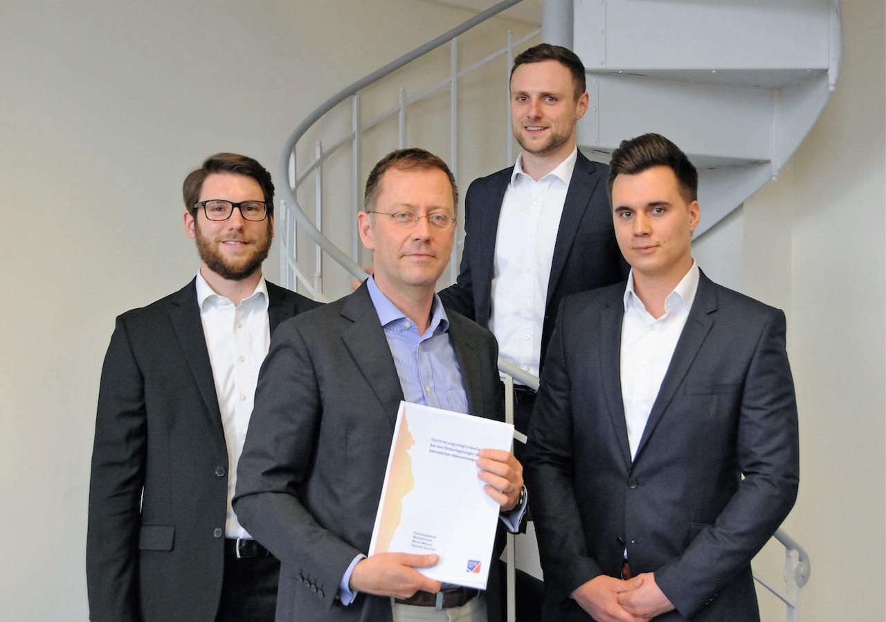 Sie haben das Gutachten zur bAV verfasst (von links): Dominik Tschinkl, Professor Dirk Kiesewetter, Moritz Menzel und Michael Grom. Foto: Robert Emmerich, Uni Würzburg.